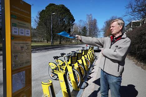 Munkkiniemeläisen Pertti Ruosaaren mukaan Saunalahdentien kaupunkipyöräasemalle olisi löytynyt muitakin paikkavaihtoehtoja kuin suoraan hänen omakotitalonsa edestä, johon se hänen näkökulmastaan ilmestyi huhtikuussa yllätyksenä.