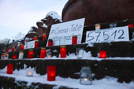 Saksalainen aktivistiryhmä kunnioitti koronapandemiaan kuolleita tammikuussa Berliinissä.
