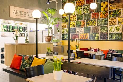 Anne's Vegessä kasvikset ovat esillä noutopöydän lisäksi seinällä.