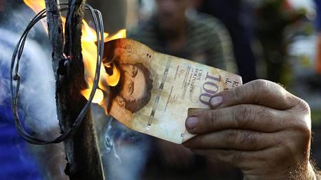 Venezuelaa piinaa vakava talouskriisi, joka on syönyt presidentti Maduron suosiota. Mielenosoittaja poltti perjantaina sadan bolivarin setelin, jonka piti alun perin muuttua tällä viikolla arvottomaksi.