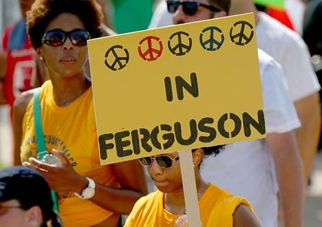 Missourin Fergusonissa osoitettiin viime viikonloppuna mieltä mustien kokemaa poliisiväkivaltaa vastaan.