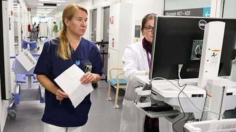 Akuuttiosaston lähihoitaja Maarit Aalto (vas.) ja lääkäri Helena Nikkanen-Ilvesmäki työskentelevät Järvenpään tuliterässä terveyskeskuksessa. Osa järvenpääläisistä on siirtynyt sote-kokeilun myötä yksityisten lääkäriyritysten asiakkaaksi. Jatkossa ne saisivat maksun jokaisen asiakkaan henkilökohtaisen riskiprofiilin perusteella.