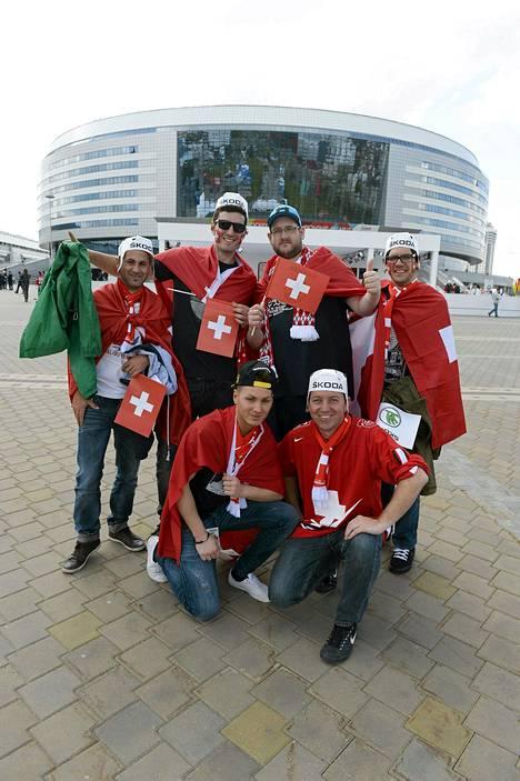 Sveitsiläisiä jääkiekkoilun ystäviä poseerasi jäähallin edustalla perjantaina.
