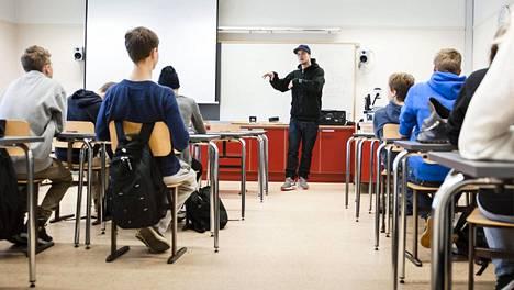 Rap-artisti Jesse P kävi vuonna 2013 Joensuun yhteiskoulun lukiossa pitämässä ensimmäisen vuoden opiskelijoille erilaisen  ruotsin kielen tunnin.