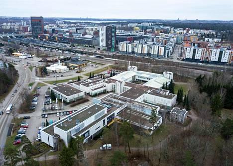 Metropolia-ammattikorkeakoulun kampus etualalla Espoon Leppävaarassa. Koulun takana on paloasema.