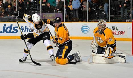 Nashvillen maalivahti Pekka Rinne torjui Matt Fraserin yrityksen NHL-ottelussa Bostonia vastaan.