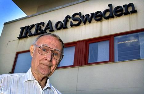Ikean perustaja Ingvar Kamprad kuvattiin Ikean pääkonttorin edessä Älmhultissa elokuussa 2002.