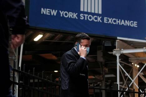 Valkoinen talo ja Yhdysvaltojen valtiovarainministeriö ilmoittivat keskiviikkona tarkkailevansa tilannetta, joka on johtanut yhtiöiden osakkeiden nopeaan ja voimakkaaseen kallistumiseen.