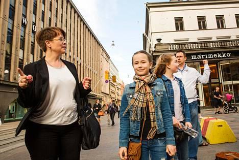 Turkulaiset Nina, Ada, Helmi ja Ari Tulonen viettivät lomapäivää Helsingissä perjantaina. Perhe oli lauantaina lähdössä matkalle Etelä-Ranskaan auringonpaisteen toivossa.