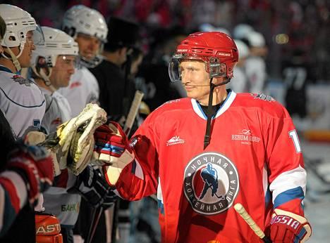 Venäjän presidentti Vladimir Putin pelasi jääkiekkoa näytösottelussa Sotsissa viime viikon lauantaina.