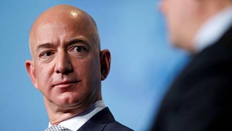 Amazonin perustaja ja toimitusjohtaja Jeff Bezos aikoo siirtyä myöhemmin tänä vuonna toimitusjohtajan paikalta yhtiön hallituksen puheenjohtajaksi.