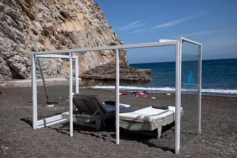 Kreikkalaisella Santorinin saarella sijaitsevalla hiekkarannalla oli yksinäinen aurinkotuoli suojattu lasirakennelmalla torstaina.