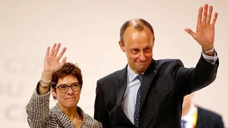 Friedrich Merz tervehti CDU:n puoluekokousväkeä yhdessä Annegret Kramp-Karrenbauerin kanssa sen jälkeen, kun puoluekokous oli äänestänyt Kramp-Karrenbauerin puheenjohtajaki joulukuussa 2018.