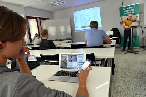 Abiturientti Oskari Kangaste (etualalla) kertaa yhteiskuntaopin kursseja Eximian järjestämällä lukion valmennuskurssilla lukion lehtori Pekka Törrösen (oik) opastuksella Helsingissä 14. elokuuta 2019.