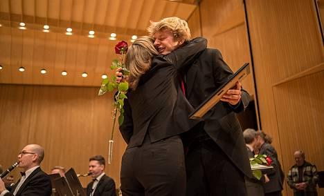 Eero Lehtimäki sai onnitteluhalauksen Christy Munceyltä Puhallinkapellimestarikilpailussa Järvenpäässä lauantaina.