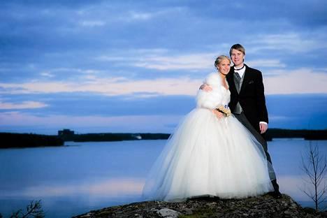 Minea Blomqvist ja Roope Kakko menivät naimisiin uudenvuodenaattona.