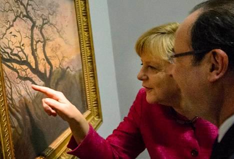 Angela Merkel näytti torstaina Francois Hollandelle yksityiskohtaa Caspar David Friedrichin Varisten puu -maalauksesta Louvressa.