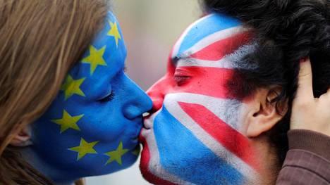 Britti- ja EU-lipun väreihin somistautuneet suutelivat Berliinissä kesäkuussa.