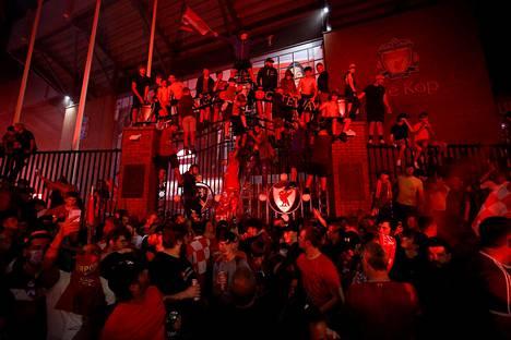 Juhlat keskittyivät Anfieldin stadionin ulkopuolelle ja sen The Kop -päätykatsomon luo. Sieltä uskollisimmat fanit seuraavat kotiotteluita.
