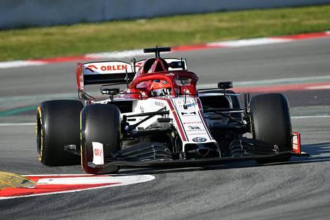 Alfa Romeon varakuljettaja Robert Kubica ajoi perhantaina Kimi Räikkösen autolla Barcelonan testeissä.