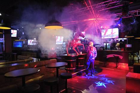 Hallitus pohtii ravintolarajoitusta, jossa asiakkaan pitäisi pysyä pöydässä. Se voisi estää tanssimisen lisäksi myös karaokelaulun.