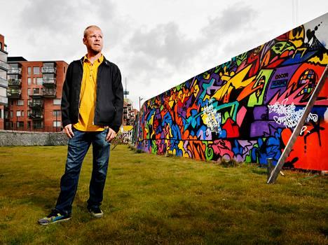 Helsinkiläinen graffititaiteilija Trama voitti graffitimaalauksen SM-kisat. Hän asettui kuvaan voittajatyön kanssa.