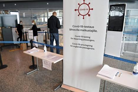 Koronaviruksen testauspiste Helsinki-Vantaan lentoasemalla Vantaalla 27. huhtikuuta 2021.
