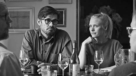 Tommi Korpela ja Laura Birn esittävät Tyhjiön taiteilijapariskuntaa.