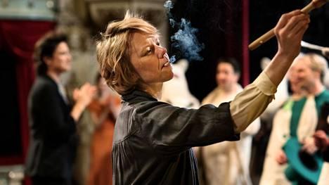 Tove Janssonia näyttelee elokuvassa ensimmäisen pitkän elokuvan pääosan roolin tekevä Alma Pöysti.