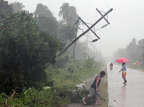 Bopha-myrsky kaatoi sähkölinjoja Tagumissa.