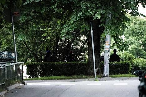 Pengerpuistossa oleilee joka ilta äänekkäitä miesporukoita.