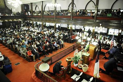 Ihmiset täyttivät ensimmäisen jumalanpalveluksen sitten veriteon Emanuel A.M.E.:n kirkossa Charlestonissa Etelä-Carolinan osavaltiossa Yhdysvalloissa  sunnuntaina.