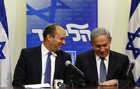 Pääministeri Benjamin Netanjahu (oik.) ja Juutalainen koti -puolueen Naftali Bennet kertoivat hallituksen muodostamisesta keskiviikkona.