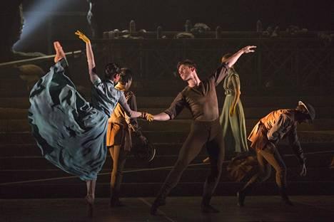 Liam Scarlettin koreografiaa No Man's Land esitettiin Lontoossa syyskuussa 2015. Kuvassa etualalla tanssijat Crystal Costa ja Max Westwell.