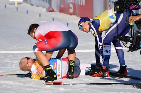 Norjan Didrik Tønseth ja Iivo Niskanen menivät onnittelemaan kilpailun voittanutta Martin Johnsrud Sundbytä, joka kaatui voipuneena maaliin.