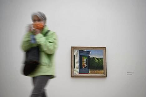 Yhdysvaltalaistaiteilija Edward Hopperin tuotantoa esittelevä näyttely avattiin uudelleen Baselin lähellä Sveitsissä. Seinällä näkyvä teos on Cape Cod Morning vuodelta 1950.