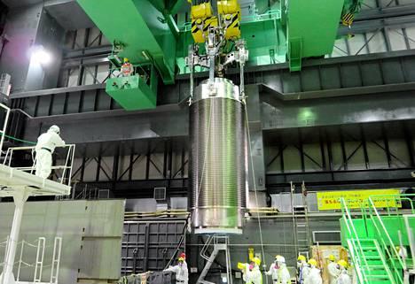 Tepcon työntekijät harjoittelivat ydinpolttoainesäiliön nostamista Daiichin ydinvoimalan nelosreaktorissa viime viikon keskiviikkona.