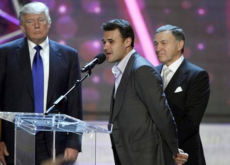 Emin Agalarov (kesk.), puhui lavalla Miss USA -kilpailun yhteydessä kesäkuussa 2013. Kilpailun yksi omistaja Donald Trump (vas.) ja Agalarovin isä Aras Agalarov kuuntelivat vieressä.