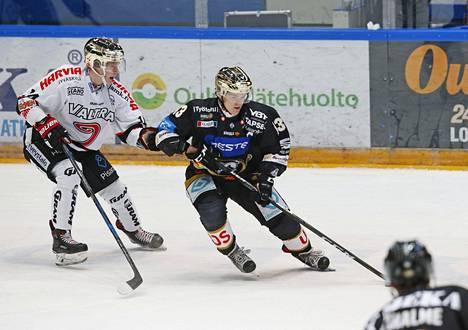 Kärppien kultakypärä Julius Junttila (oik.) kuvattuna ottelussa JYPiä vastaan 19. joulukuuta 2017.