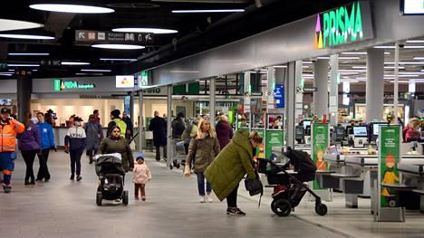 Kauppakeskuksen avaamista on arvosteltu sosiaalisessa mediassa.
