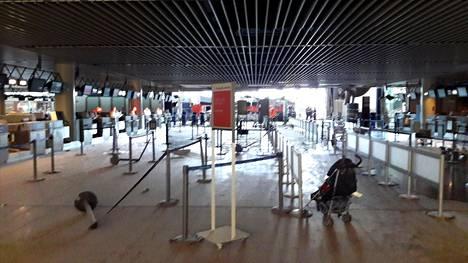 Zaventemin lentoaseman lähtöterminaali pommi-iskun jäljiltä.