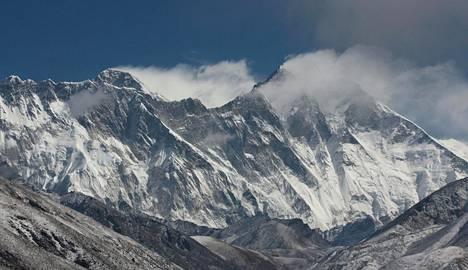 Himalajan vuoristo syntyi, kun Intian laatta törmäsi Euraasian laattaan. Vuoristo nousee yhä noin senttmetrin vuodessa