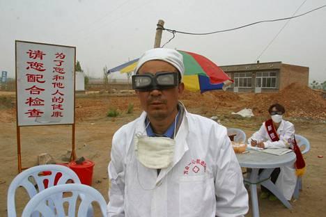 Lääkäri Tian Duoxiang työskenteli maantien varrelle pystytetyllä sars-asemalla Jubaozhuangin kaupungissa Sisä-Mongoliassa toukokuussa 2003.