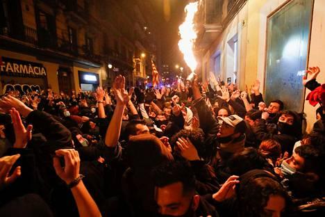 Ihmiset osoittivat mieltään Pablo Hasélin puolesta Barcelonassa viime viikon lauantaina.