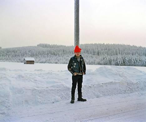 """Ilomantsi, Haukivaara 1990. """"Pekka Turunen loi 1980- ja 1990-luvuilla Pohjois-Karjalassa poikkeuksellisen kestävän henkilögallerian. Monet Turusen kuten muidenkin rajaseudulla liikkuneiden kuvista sijoittuvat Ilomantsiin, itäisimpään itään."""""""