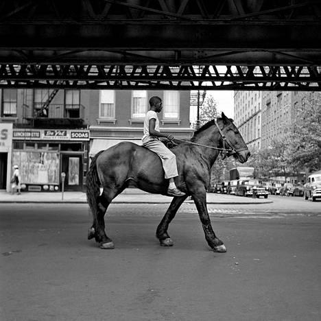Valokuvataiteen museo K1 esittelee Vivian Maierin katukuvia.