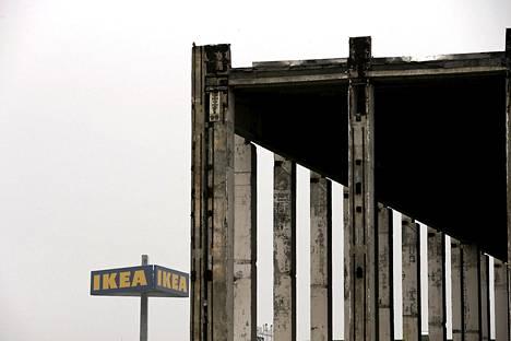 Ikean kyltti entisen tehtaan vieressä Berliinissä.