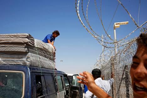 Sinipaitainen Ahmad Abu Hassan pakkasi patjoja pakettiauton kyytiin Zaatarin pakolaisleirillä Jordaniassa kesäkuun lopussa.