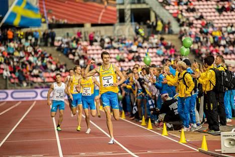 Ruotsin Johan Rogestedt juhlii 1500 metrin voittoa Tampereen Ratinassa käydyssä yleisurheilumaaottelussa vuonna 2016.