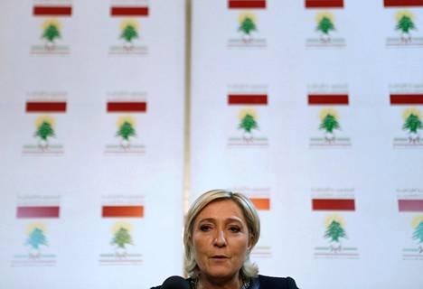 Ranskan äärioikeistolaisen Kansallinen rintama -puolueen johtaja Marine Le Pen puhui lehdistötilaisuudessa Beirutissa maanantaina tavattuaan Libanonin ulkoministerin Gebran Bassilin. Le Penin kannatus presidentinvaalien toisella kierroksella on maanantaina julkaistun kyselyn mukaan hieman kohonnut.